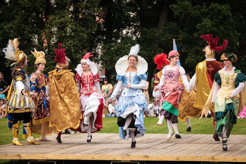 Александрийская карусель 1 и 2 июля - конный спектакль со зрелищными элементами состязаний в Петергофе