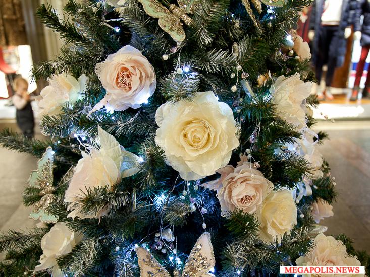 Благотворительный аукцион дизайнерских новогодних елок в ГУМе
