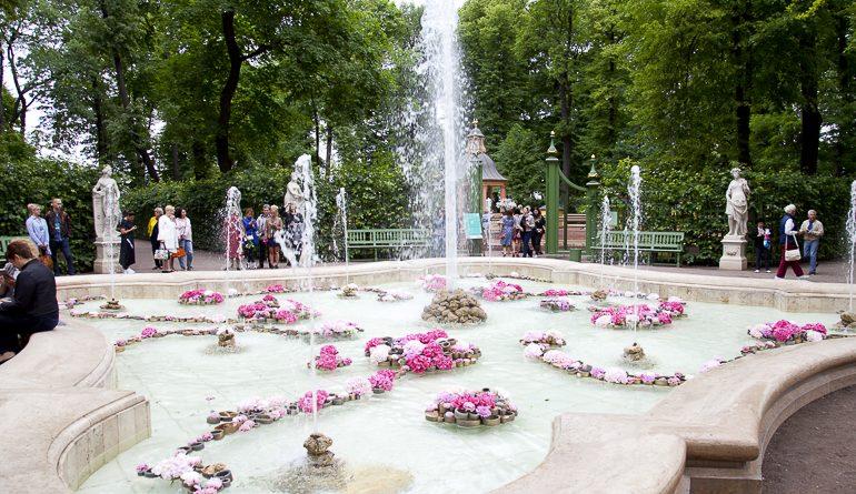 Благоухающий фонтан и тысячи цветов: фестиваль в Летнем саду