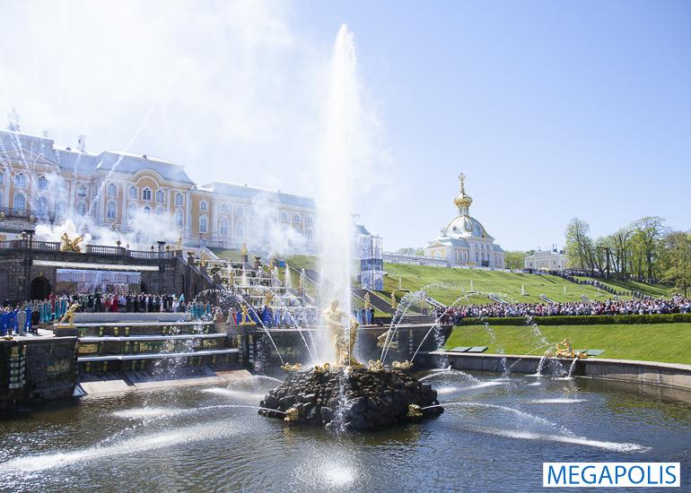 Беглов посетил праздник открытия фонтанов