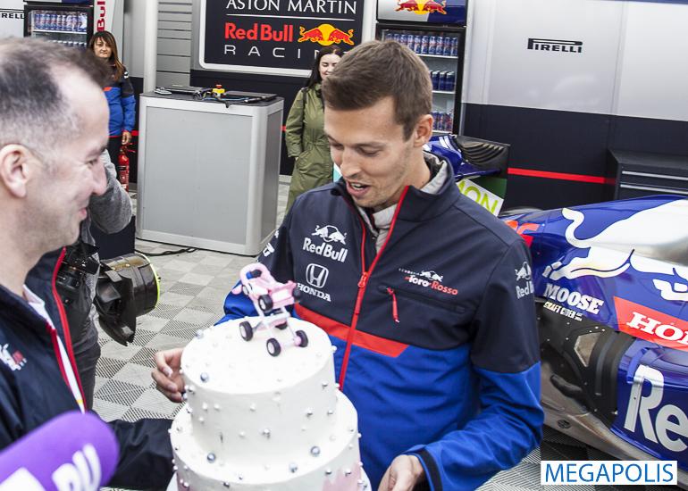 Даниил Квят встретился с болельщиками «Формулы-1» в Петербурге